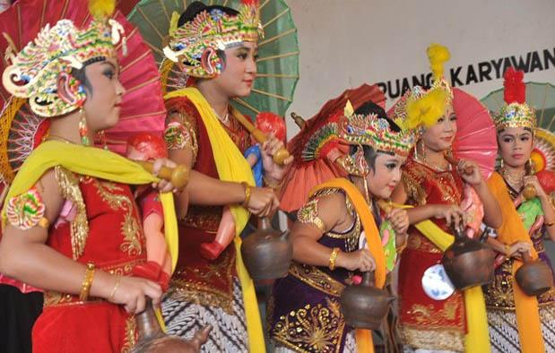 ialah salah satu rujukan tari klasik yang berasal dari kawasan Surakarta Tari Bondan: Asal Usul, Sejarah, dan Pembahasan Lengkapnya