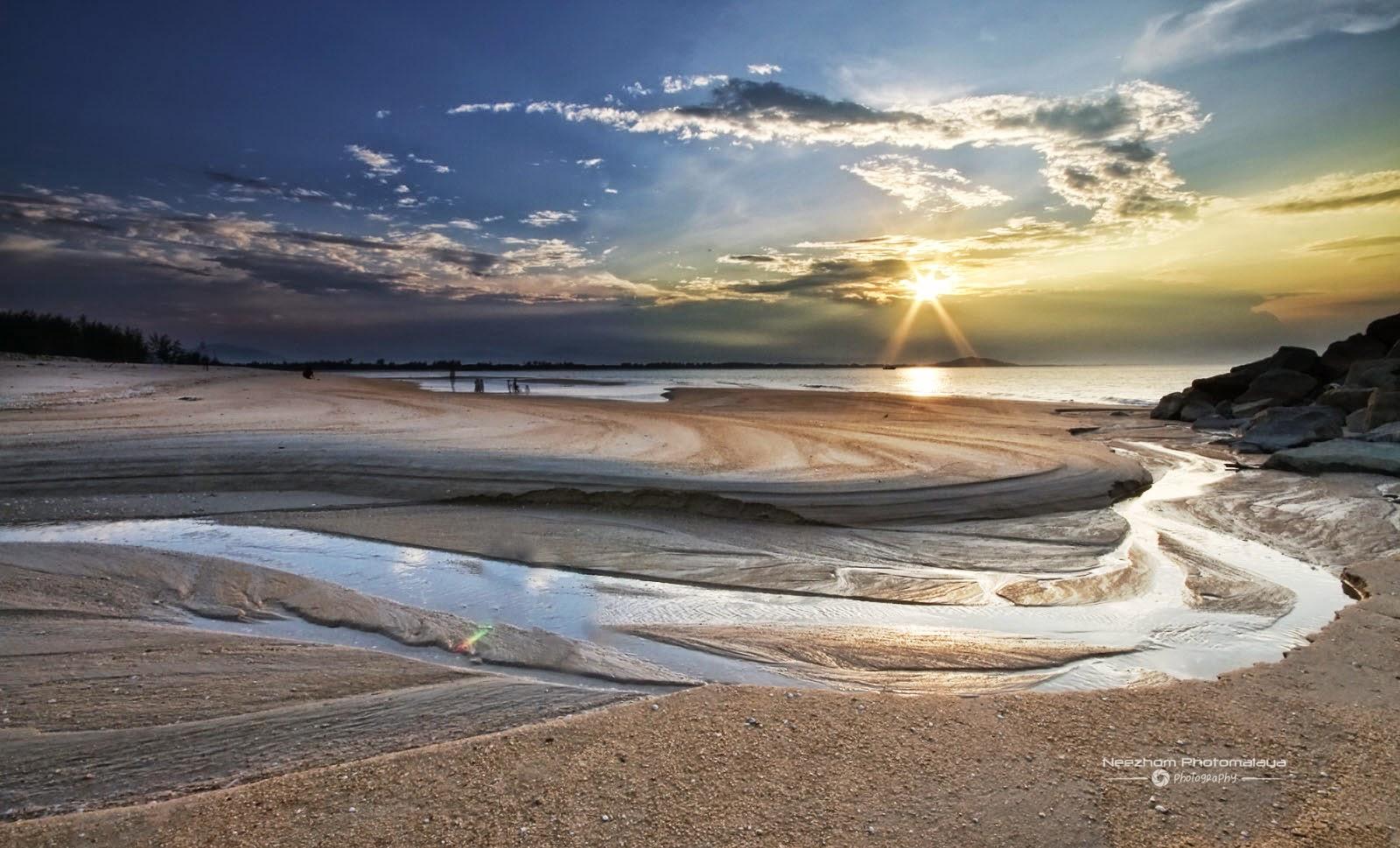 Sunset pantai Merang dengan lekuk-lekuk air di pasir