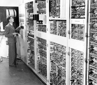 El físico y matemático británico Trevor Pearcey trabajando con el ordenador CSIRAC, que lo concibió y creó el diseño de su arquitectura lógica