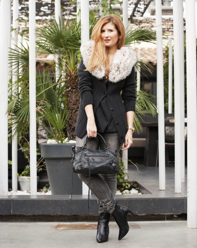 Look en con jeans, chaqueta de pelo y bolso Balenciaga