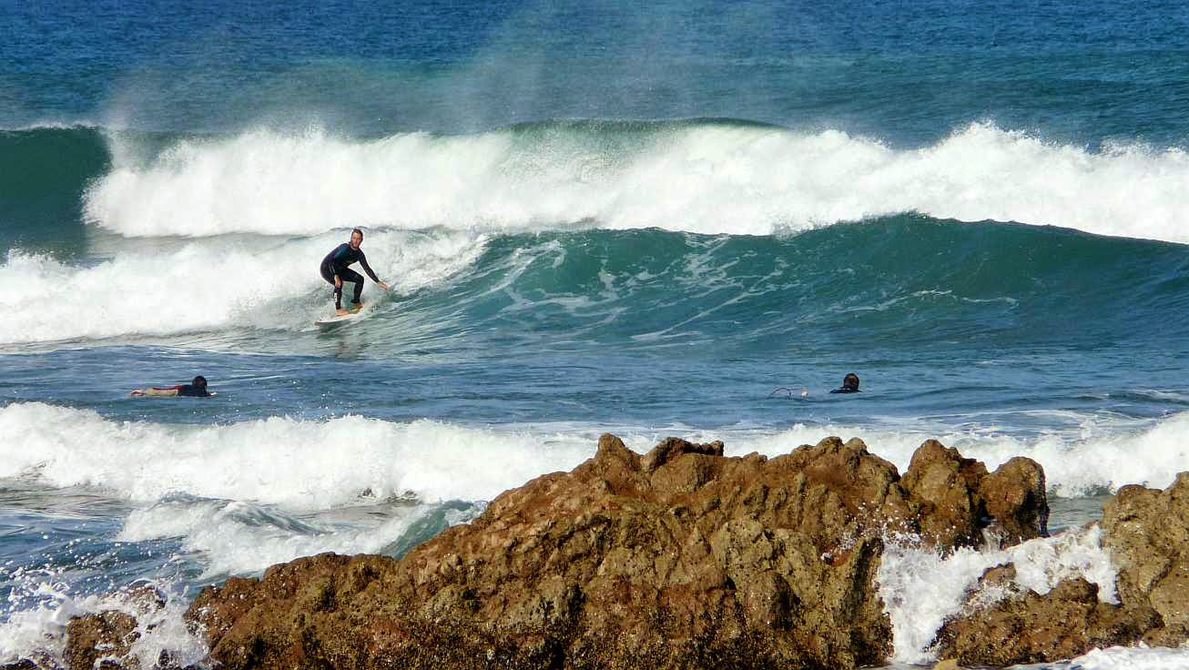 surfista sobre las olas