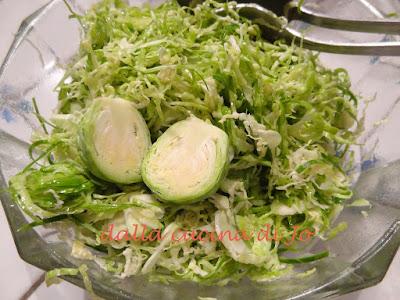 cavolini di bruxelles crudi in insalata
