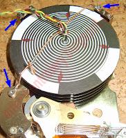 Silnik BLDC z dysku twardego wraz z talerzami (silnik B) - widok z góry.