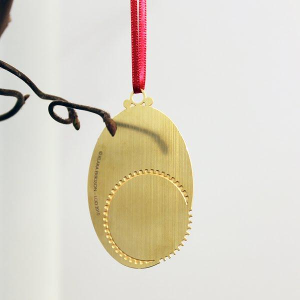 delicado adorno navideño en forma de medallon mecanico