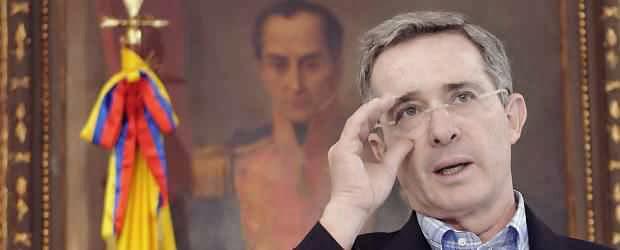Álvaro Uribe con gafas