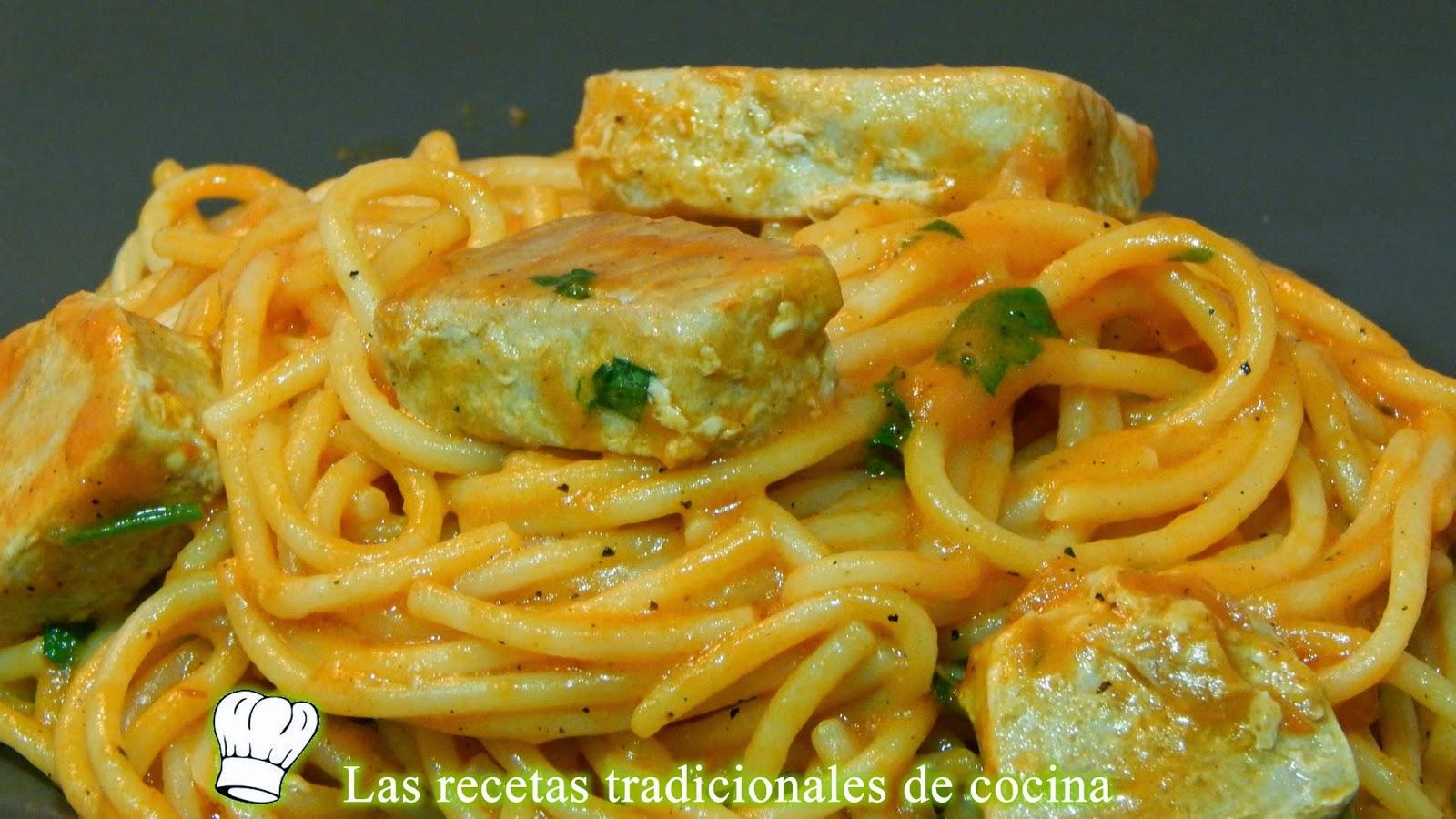 Espaguetis con atún y salsa de pimientos