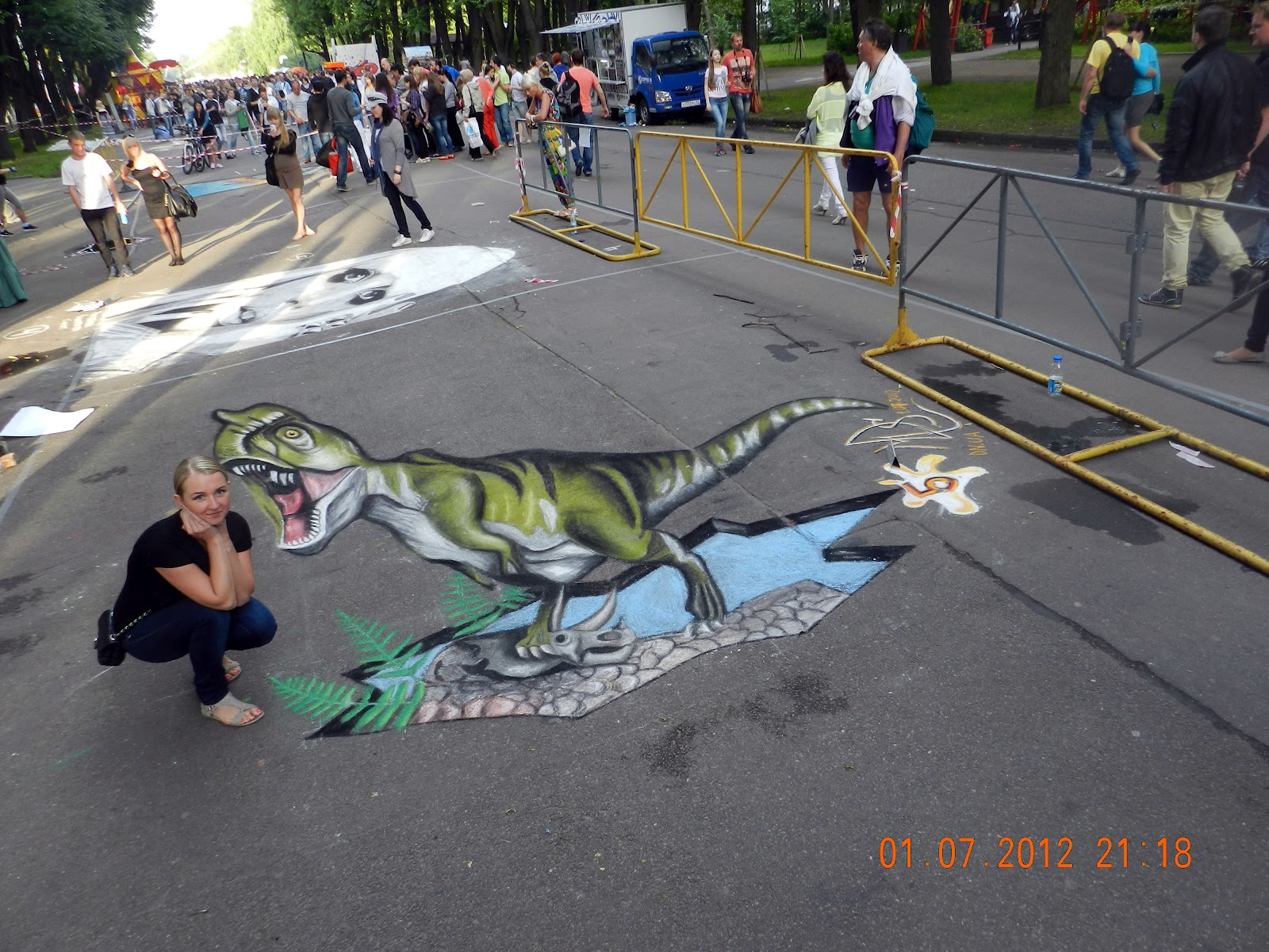 Динозавр 3d рисунок на асфальте краски