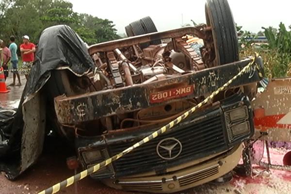 b2e3c5834 Caminhão tomba na BR-163 e mata motorista ~ Quarto Poder
