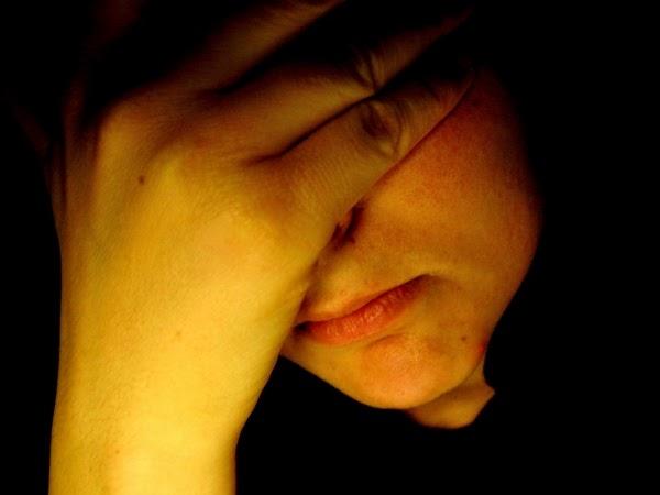 Hình ảnh người con trai ôm mặt buồn và khóc