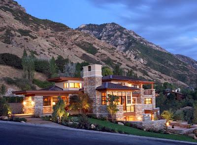 Moderna fachada de casa rural, construido en ladera de cerro
