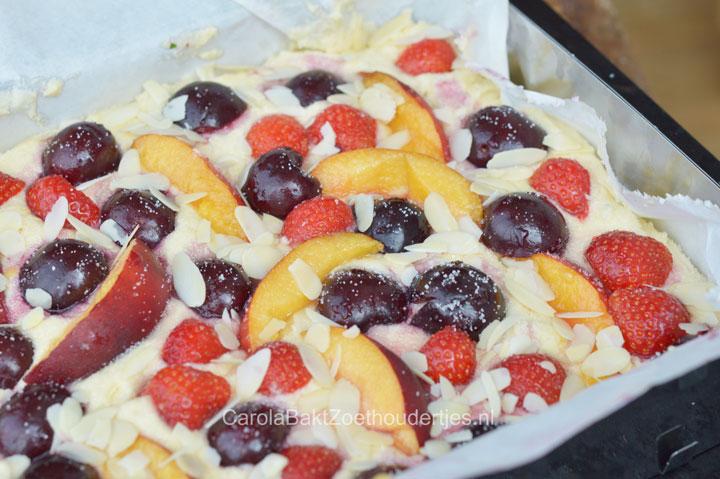 zomerfruit plaatcake met ricotta voordat hij in oven gaat