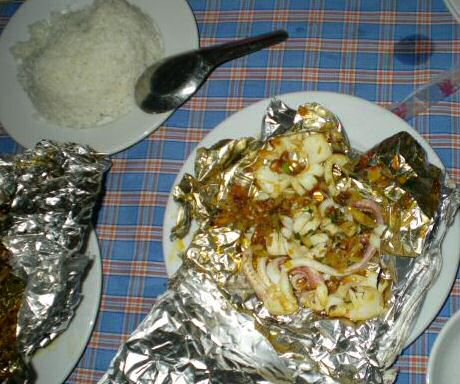 Vietnamese manier om inktvis te bereiden in papillot of aluminiumfolie, geserveerd met rijst