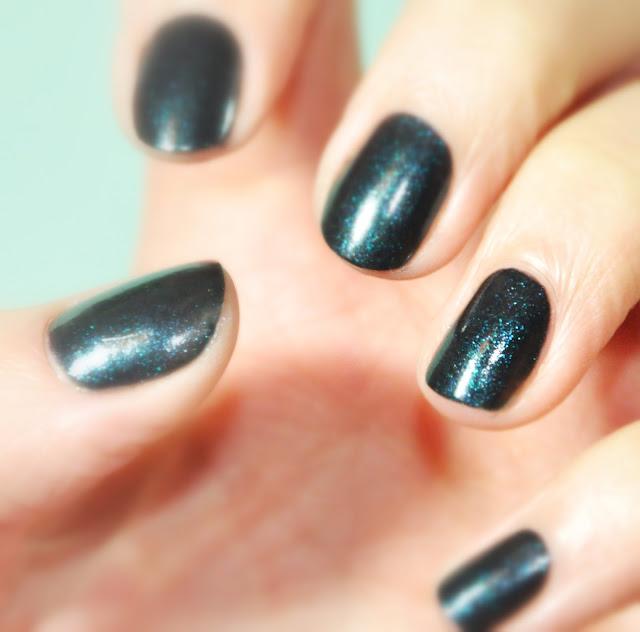 nail nailart nail polish vernis à ongle manucure bleu foncé plaillette