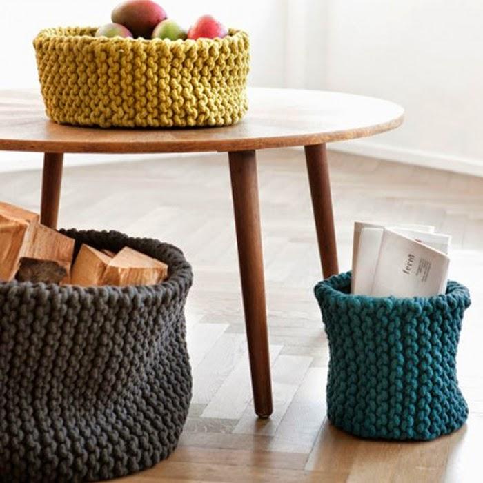 Kolorowe kosze zrobione na drutach z wełny
