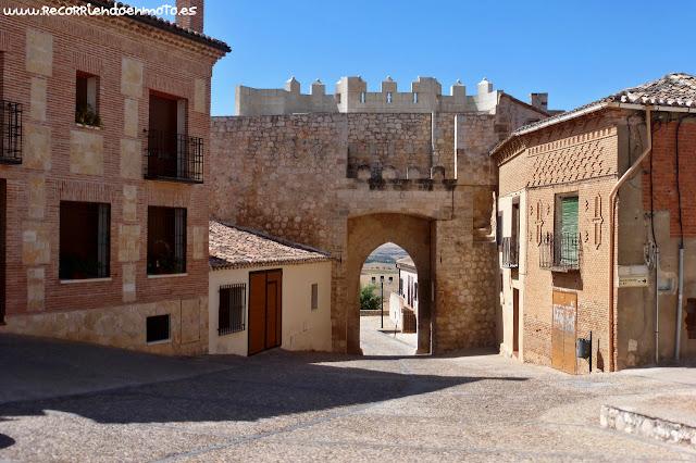Vista interior de la Puerta de Sta. María, Hita.