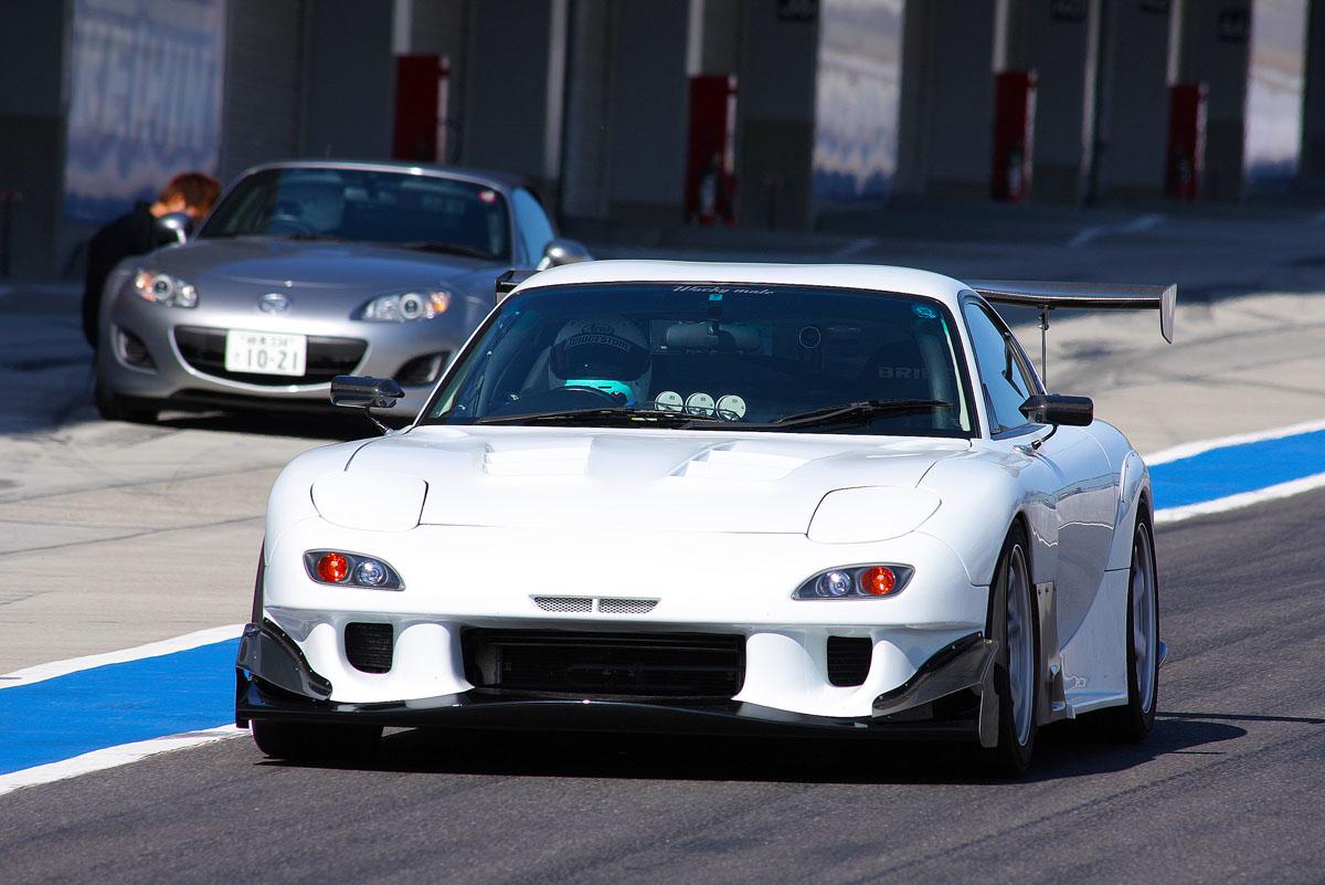 Mazda RX-7, FD, wyścigi, racing, tor wyścigowy, japońska motoryzacja, z duszą, kultowe sportowe samochody, JDM, zdjęcia, fotki aut