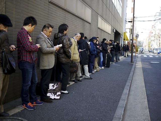 Người Nhật vui vẻ xếp hàng