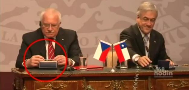 Václav Klaus vole un stylo au Chili