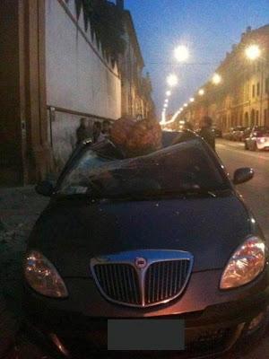 carro aplastado por piedra por sismo hoy