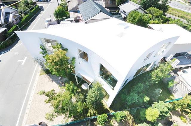 Baumhaus auf japanisch - Bäume um ein Rauten-Haus