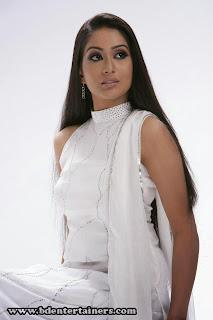 Zakia+Bari+Momo020