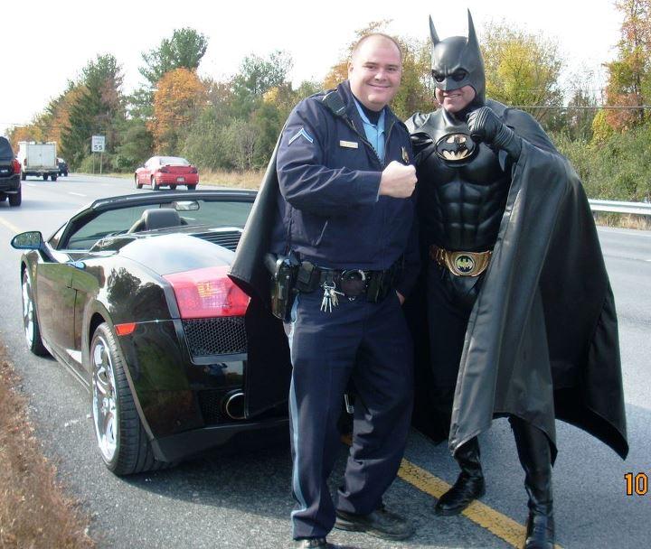 Batman posa para foto ao lado de policial que o ajudou a trocar pneu