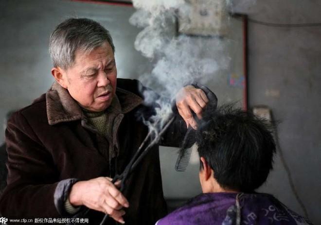 Nghề cắt tóc bằng kẹp sắt nóng ở Trung Quốc