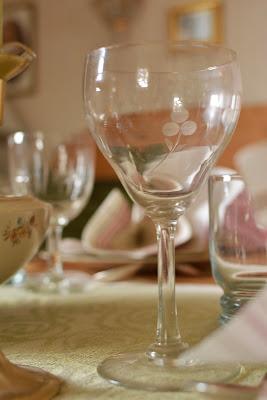 Vanha viinilasi, jossa hiottu marjakuvio - Muonamiehen mökki