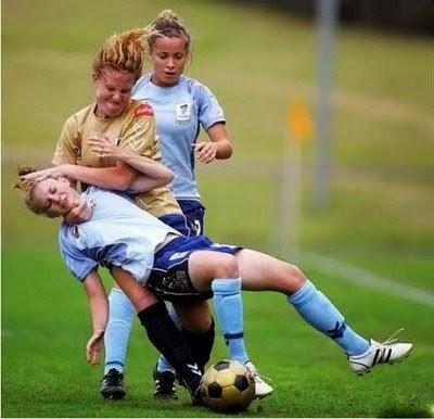 smešne slike: borba u ženskom fudbalu