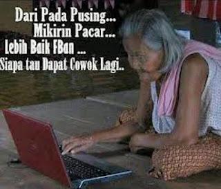 Foto nenek nenek sedang Fb-an keren dan lucu
