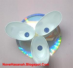 cara membuat kerajinan tangan sederhana dari CD bekas dan botol plastik bekas 4