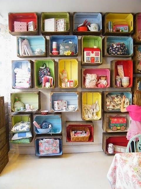Pared de estanterías hechas con cajas de fruta