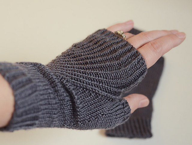 Love Knitting Free Patterns : New obsession; fingerless mittens! Life According to Missus Vonkysmeed