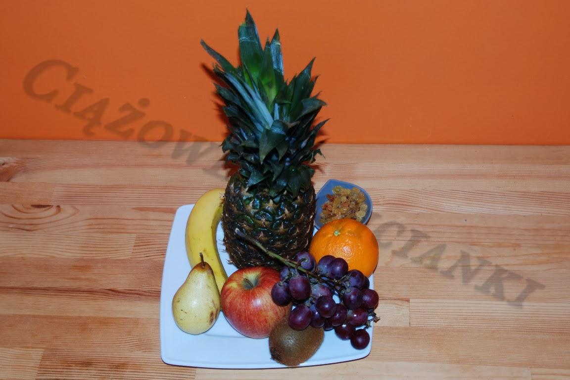 Składniki sałatki owocowej w ananasie