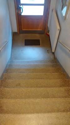 Treppen steigen mit Kleinkind Kind liebt Treppenhaus Runzelfuesschen