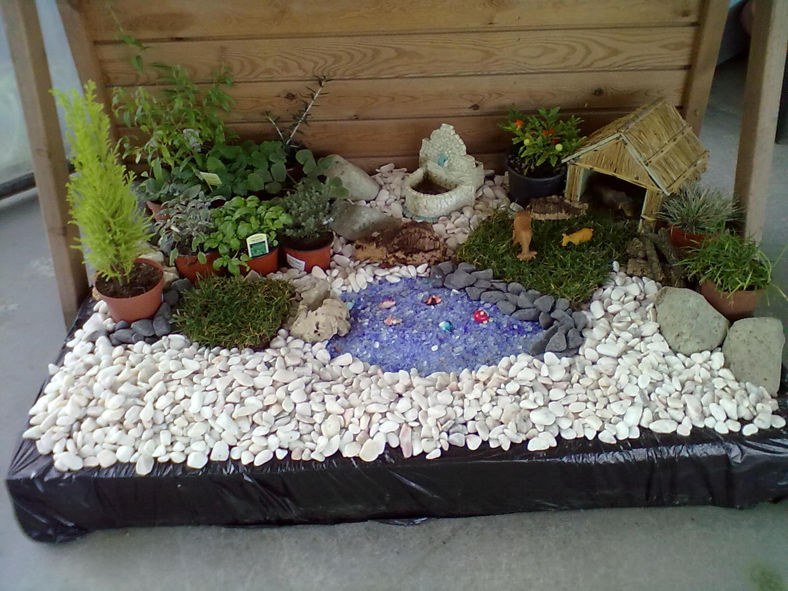 num banco de jardim uma velhinha:quinta feira 25 de abril de 2013 #634A2F 1600x1200