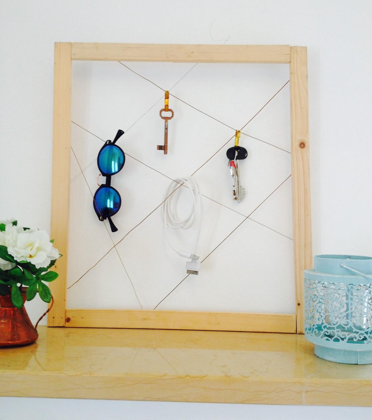 La bacheca portaoggetti fatta con legno e corde di for Idee per appendere foto
