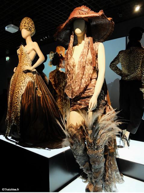 cuissardes en plumes robe en léopard chapeau en croco Jean-Paul Gaultier, expo JPG Grand Palais Paris