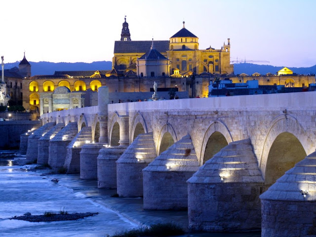Puente Romano y la Mezquita al Fondo en Córdoba