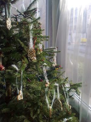 ozdoby choinkowe, Boże Narodzenie, DIY, jak ubrać choinkę, z wełny, filcu, papieru, orzeszków ziemnych, święta, wigilia, jak udekorować dom na święta, z masy solnej, guzików,