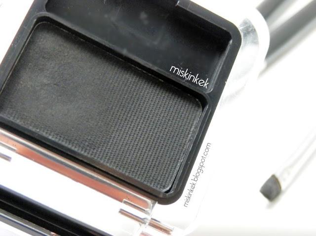 siyah-goz-fari-calvin-klein-makyaj-urunleri