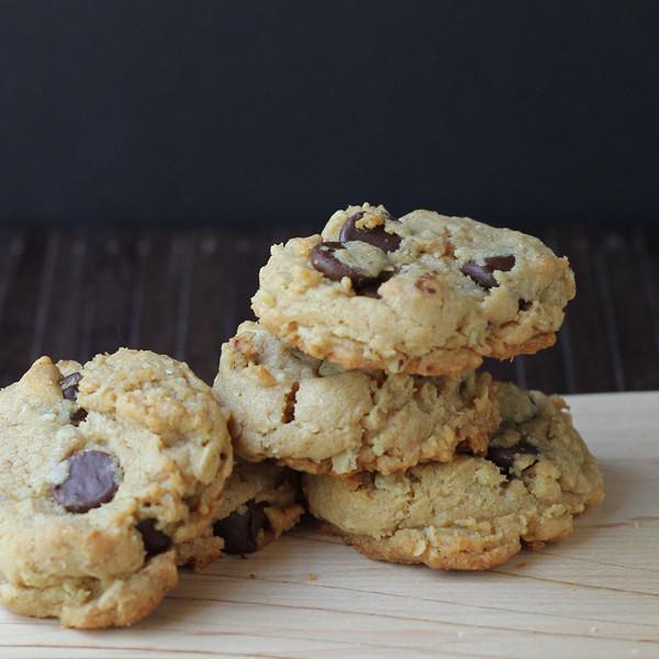 Peanut butter oatmeal dark chocolate chip cookies (gluten-free, dairy-free, refined sugar free)