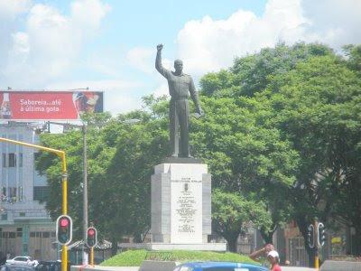 Munícipes limpam estátua de Mondlane