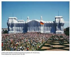 Intervención de Christo en el parlamento alemán, imagen utilizada en el ensayo de arte Marilyn, Andy Warhol y Walter Benjamin realizado por Juan Sánchez Sotelo para la Academia de dibujo y pintura Artistas6 de Madrid.