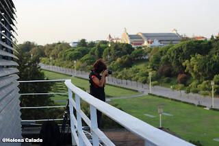fotografia de uma colega no topo do terraço do Hotel Fénix