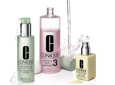 Sistema 3 passos da Clinique. Composto por Sabonete Líquido, Loção Tônica Clarificante e Hidratante Facial em gel ou em loção.
