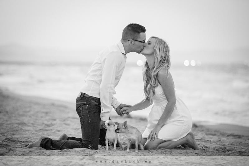 Diego y María en su preboda de fotos en la playa