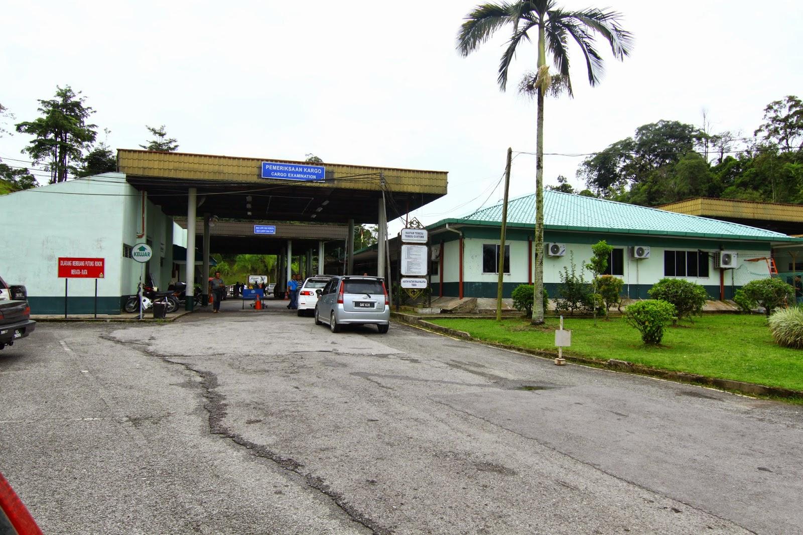 Imigresen Malaysia di sempadan Tebedu - Entikong