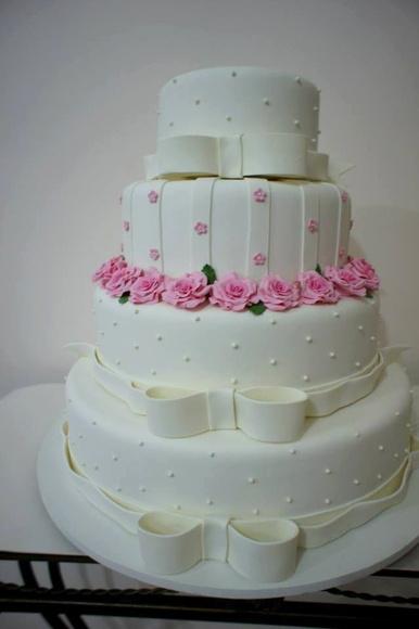 Doce sabor rio festas personalizadas lindo bolo rosa e branco coberto com pasta americana e decorado com flores rosas e laos branco thecheapjerseys Choice Image