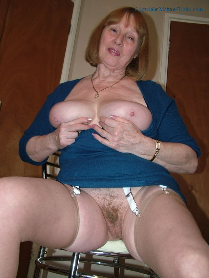 Amateur milf makes her pussy soaking wet 10